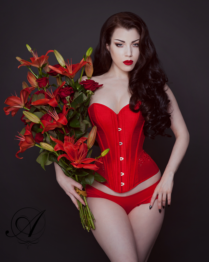 Ava Corsetry_Scarlett Corset modeled by Threnody in Velvet