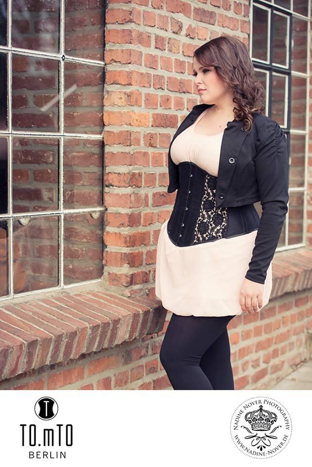 TO.mTO_Loo X in Mattsatin mit partiellem Spitzenüberzug - Nadine Nover Photography